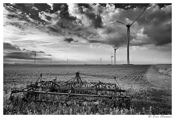 Photographie de Paysage de jour en noir et blanc. Des éoliennes dans la plaine de Chassart