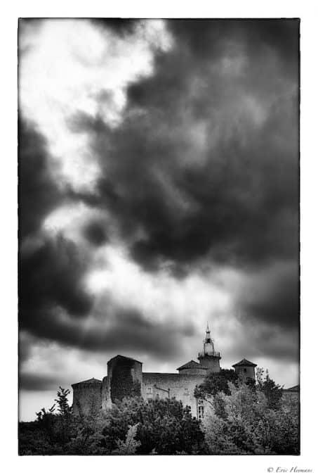 Photographie de Paysage - Nuage d'orage au-dessus d'une église en Dordogne