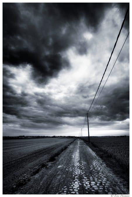 Photographie de Paysage après la pluie, ciel nuageux et lumière sur les pavés