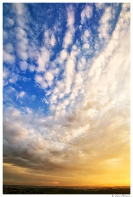 Photographie de paysage en mode portrait d'un ciel de nuage en Dordogne