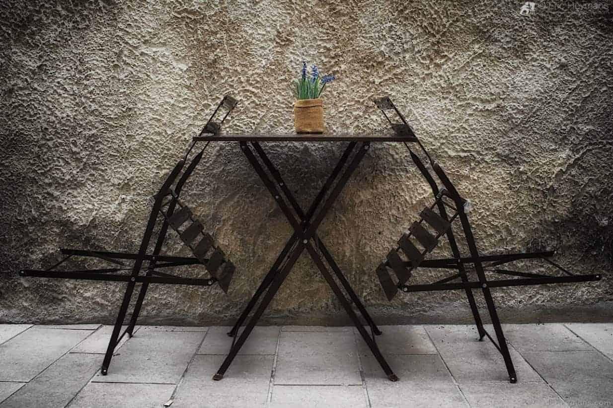 St-Rémy de Provence - Table et 2 chaises - © Eric Heymans