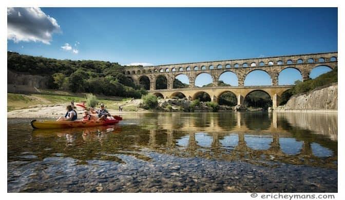 Provence - Pont du Gard - Vue en contre-plongée avec un kayak - 768x446 - Eric Heymans - Photo originale