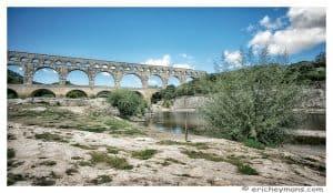 Provence - Pont du Gard - Vue en contre-plongee depuis la berge et element en avant-plan - © Eric Heymans
