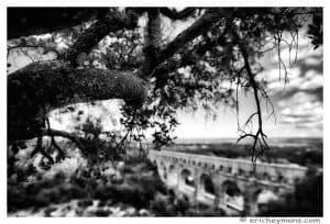 Provence - Pont du Gard - Vue en contre-plongee depuis la colline et element cadrant en avant-plan - Noir et Blanc - © Eric Heymans - Photo originale